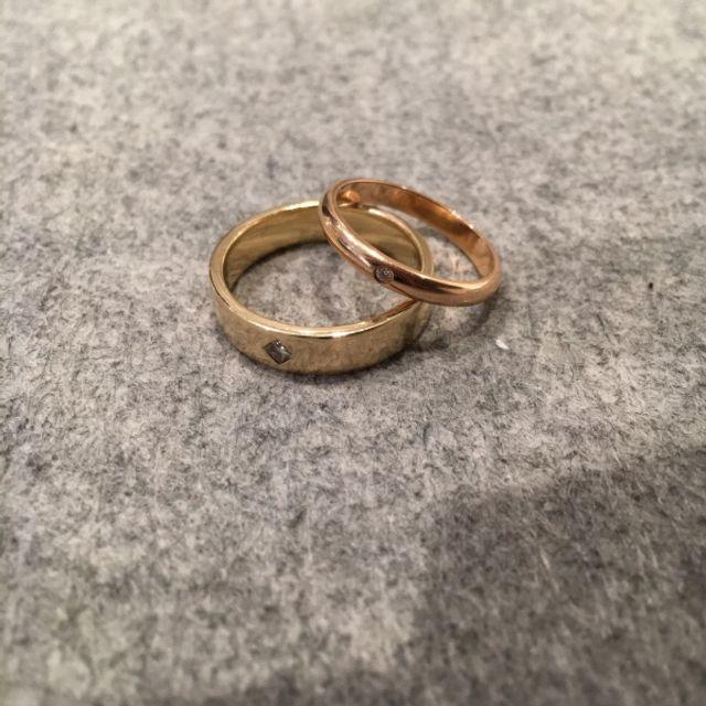 彼女の指輪はの丸いダイヤモンドを入れて貰いました。