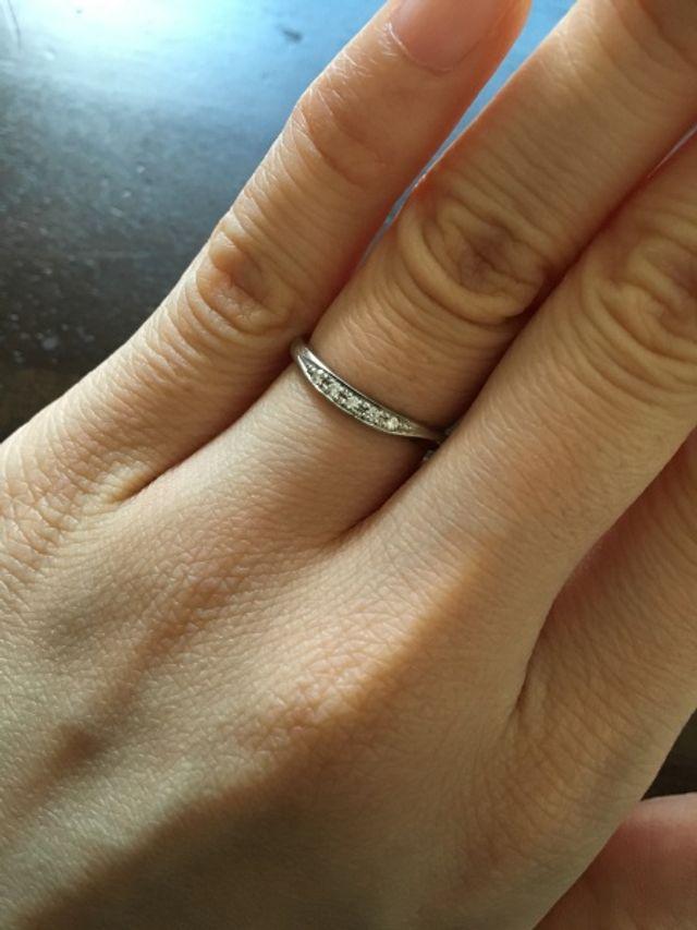 ウェーブカットの指輪にダイヤが散りばめられています。