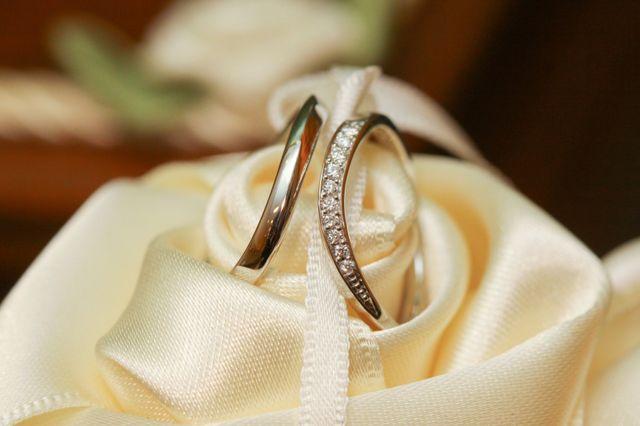 曲線が指を細く見せる指輪