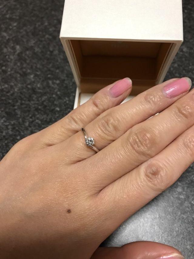 母の婚約指輪のダイヤを使い、リメイクしたもの。