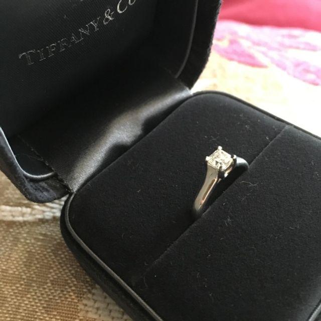 少し珍しいスクエア型のダイヤです。