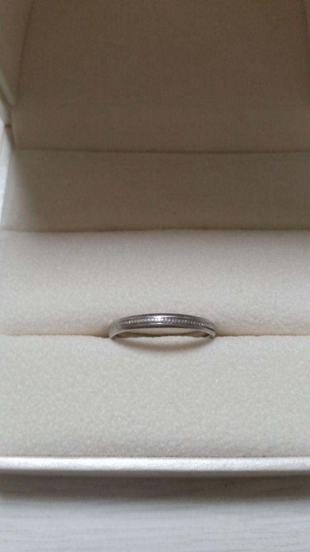 結婚指輪です。中には私の誕生石をいれてもらいました。