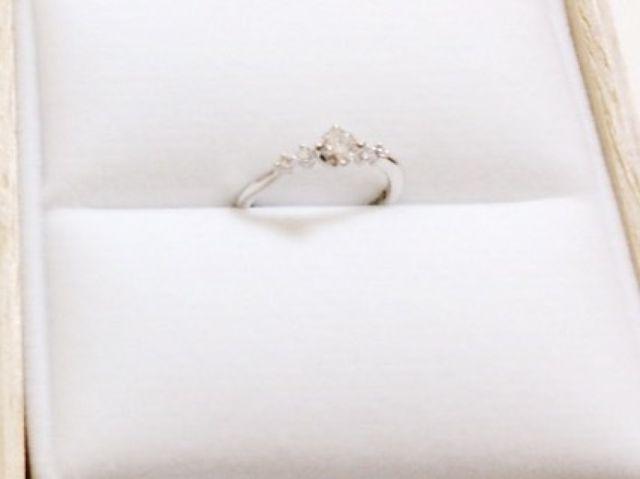真ん中には大きなダイヤ横には小さなダイヤ
