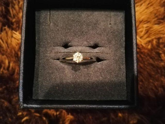 中央がやや細く、ダイヤモンドを美しく見せるデザインです。
