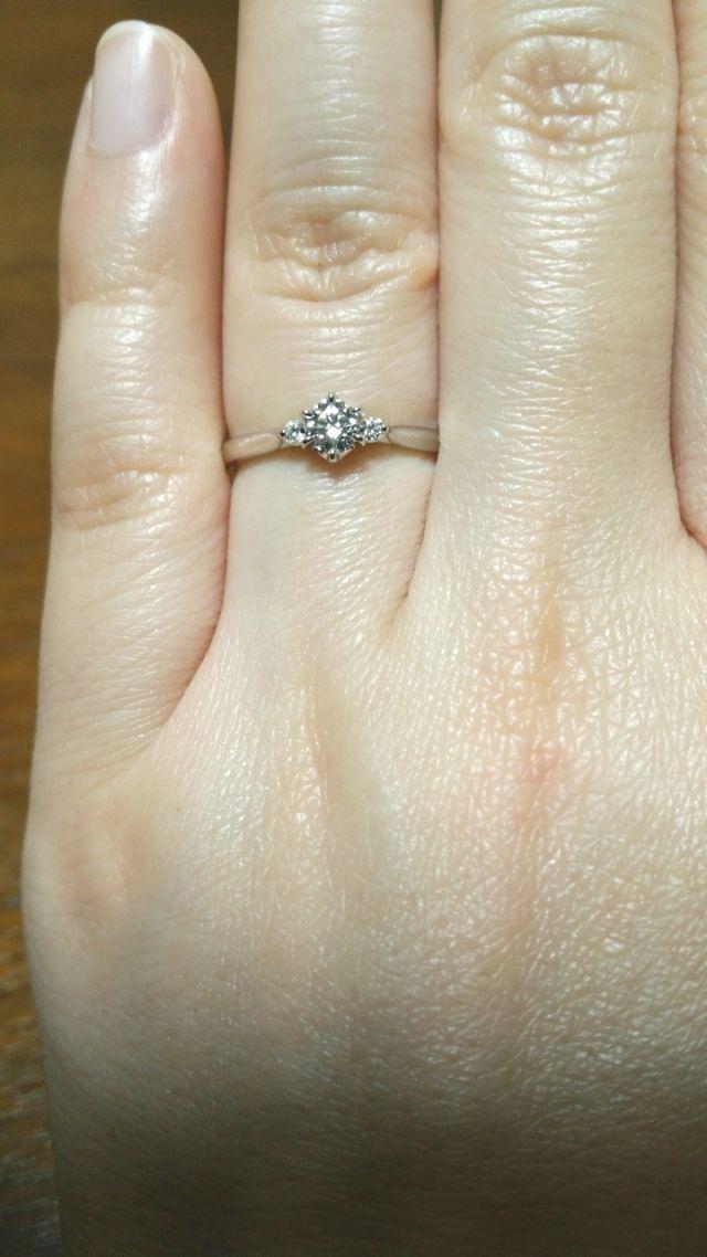 メインのダイヤの両脇にも小さなダイヤが入っています♡