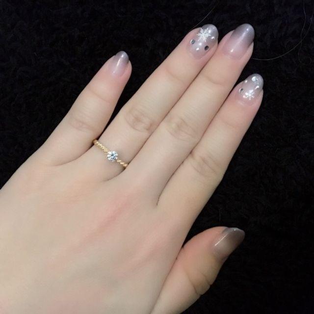 ゴールド系の婚約指輪。一粒ダイヤがとてもきれいです!