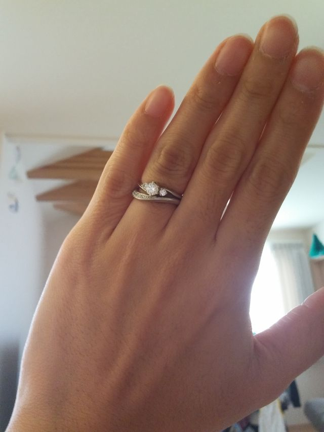セットリングではないけど、結婚指輪と一緒に使用した感じ。
