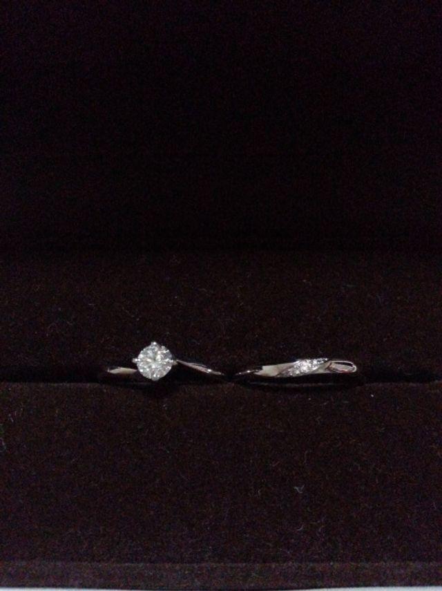 婚約指輪と結婚指輪です。どちらもシンプルなものを選びました。