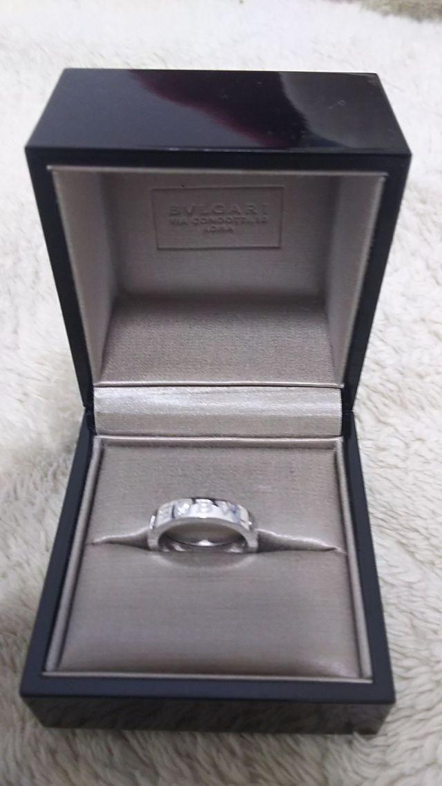 BVLGARIのホワイトゴールドにダイヤの付いたリングです。