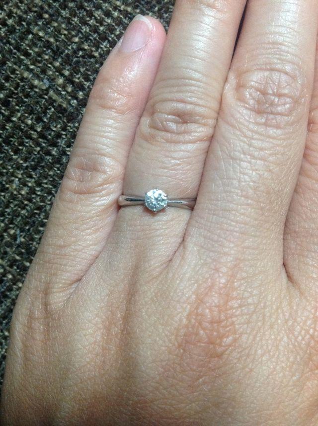 婚約指輪をはめた状態