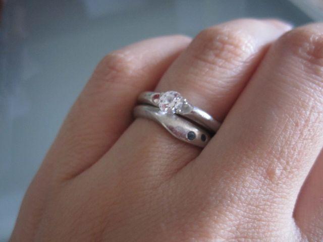 結婚指輪と重ね付けしたところ