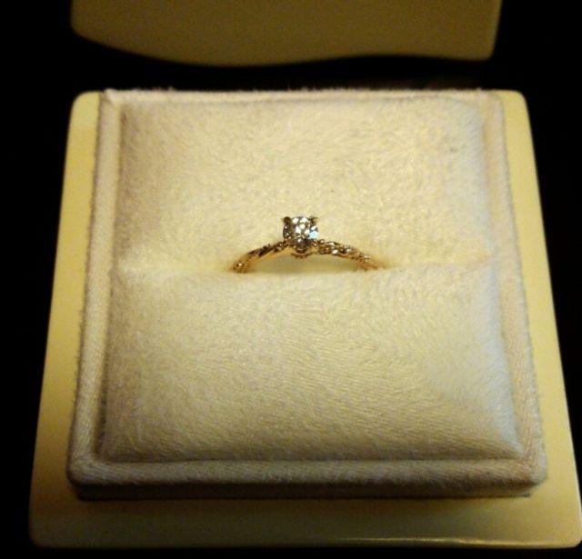 綺麗なケースに入った指輪。