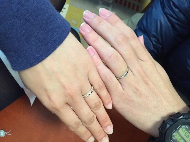 女性の手の方にもうひとつついているのは婚約指輪です。