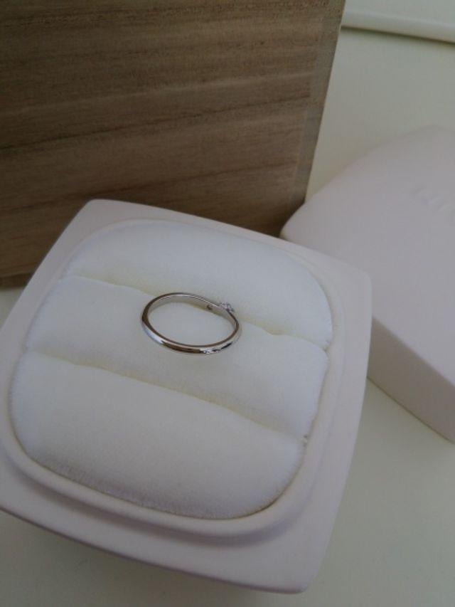 指輪の内側にはメッセージと好きな石を入ることができます。