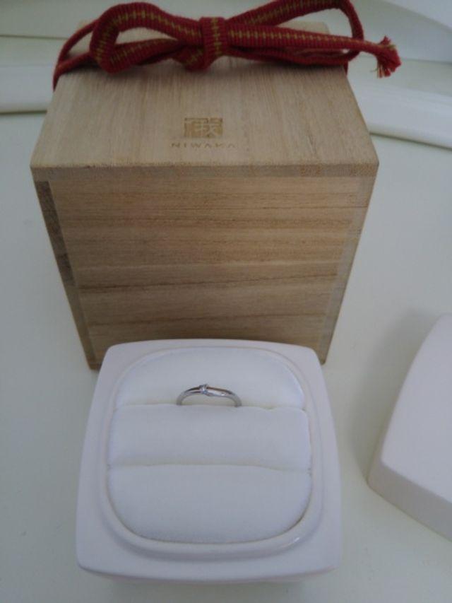 指輪は陶器の入れ物の他に木製の箱があってとてもお洒落です。