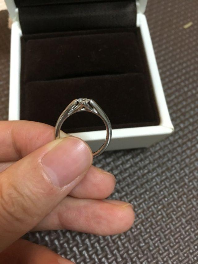 横から見るとダイヤの形が全て見えるデザインです。