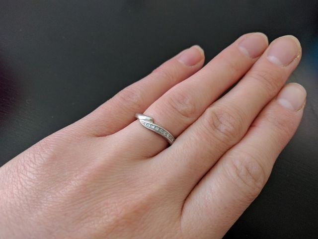 ダイヤが埋め込まれたタイプで、婚約指輪とセットの指輪です。
