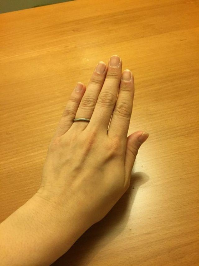 カーブしていて、指になじみます。