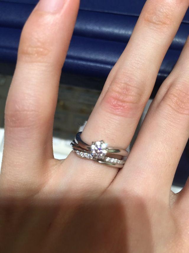 妻の婚約指輪と(下のリングが銀座ダイヤモンドシライシ)。
