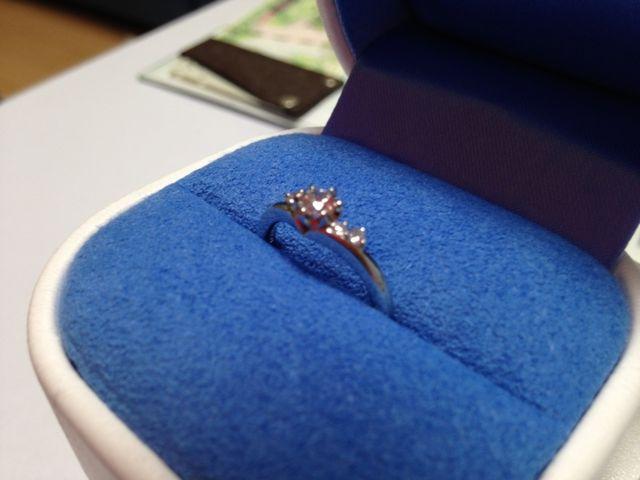 シンプルなデザインの指輪。ケースも可愛くてお気に入りです。