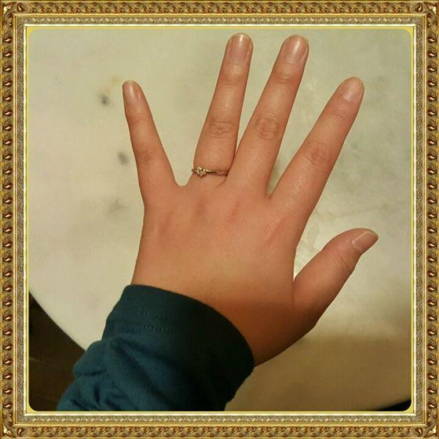 指輪をはめているところ