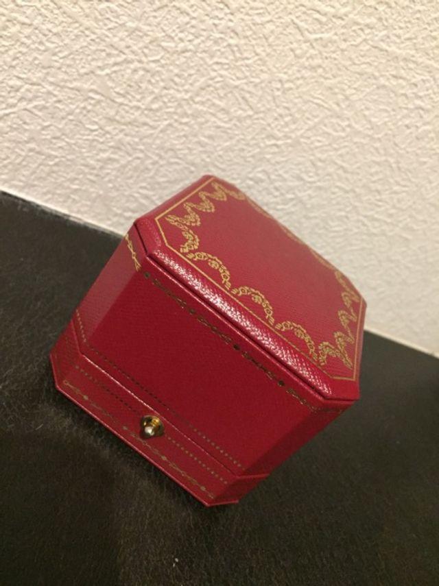 赤い箱が素敵です。