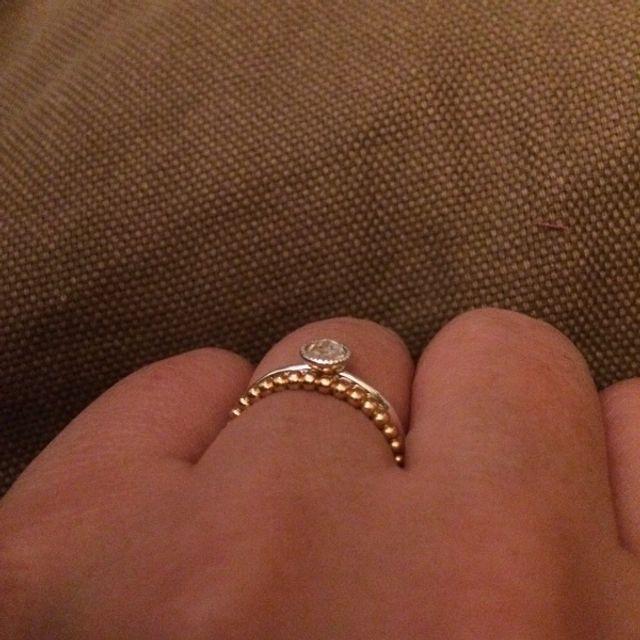 見本のシルバー製の指輪、重ね付けもできるように
