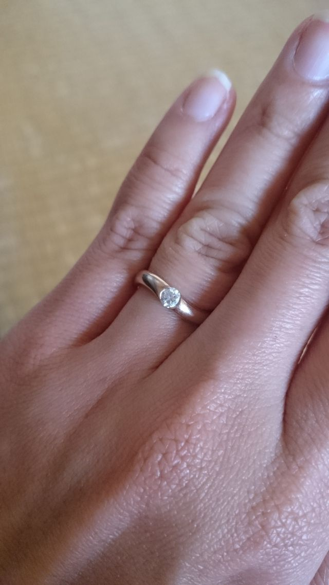 大きめのダイヤが埋め込まれたピンクゴールドの指輪です。