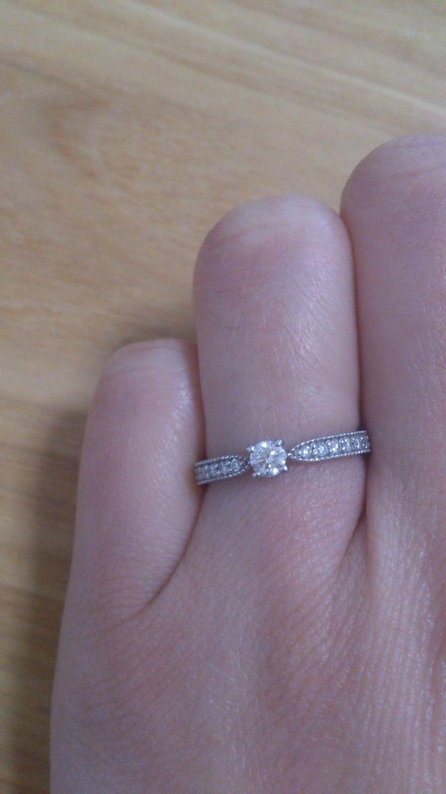 真ん中にダイヤと両隣に小さなダイヤがあります