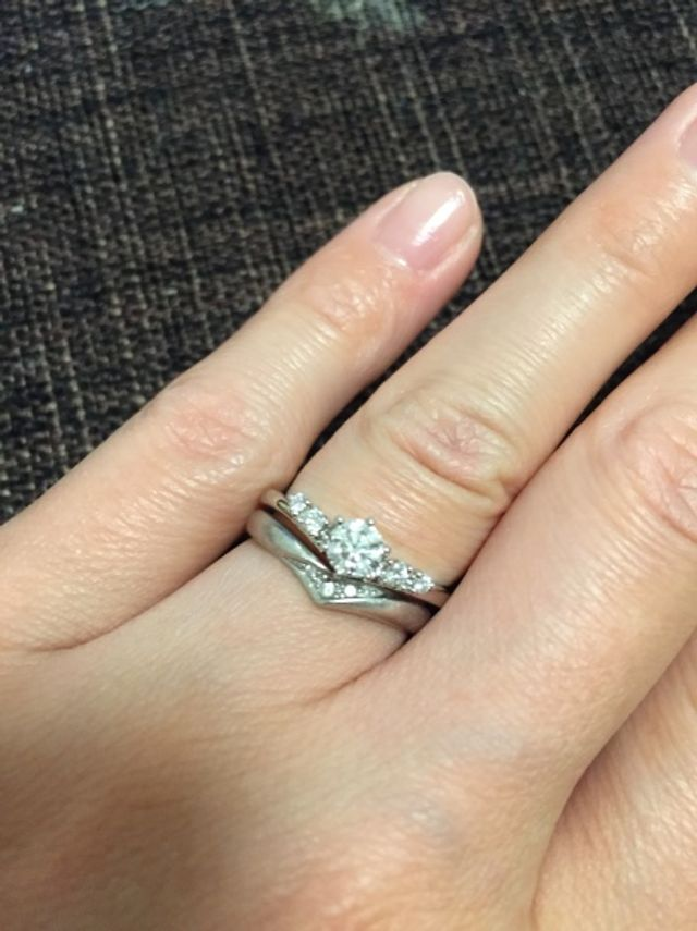結婚指輪と重ね付けできるようV字の形状です