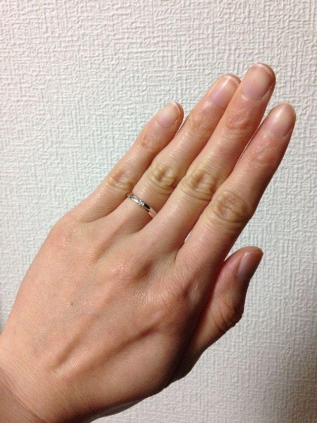 ピンクゴールドが肌なじみよく指を綺麗に。