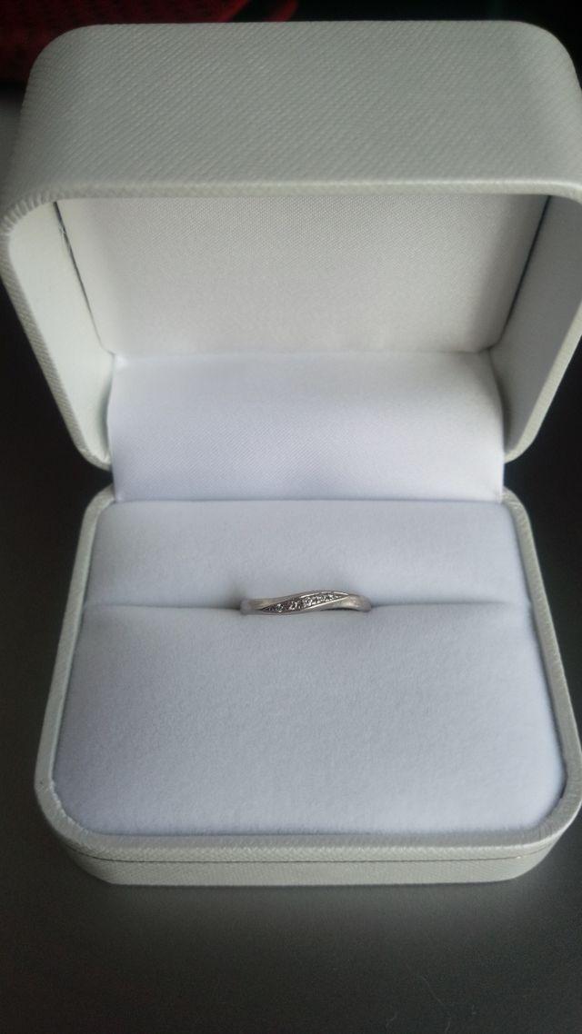 程よい大きさの5つのダイヤが入っています。
