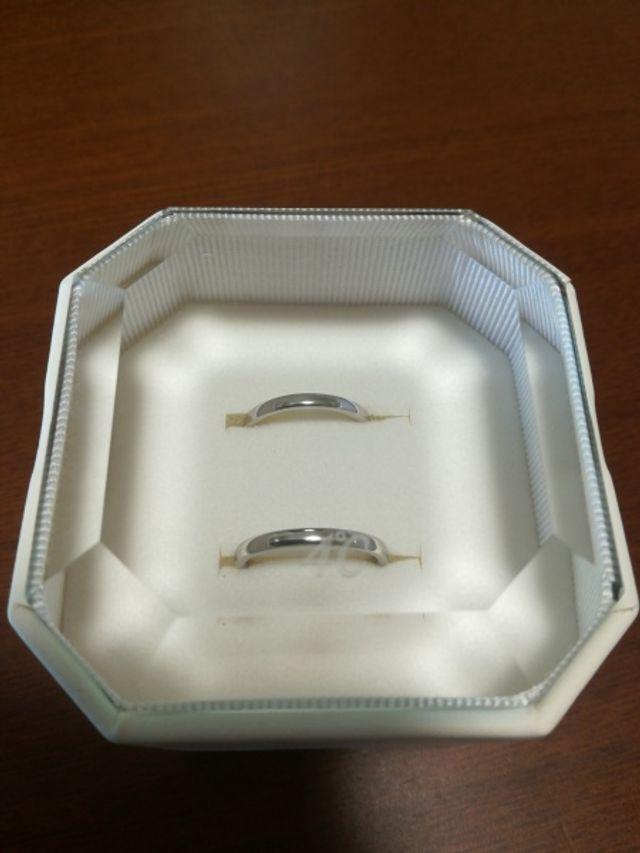ダイヤなしのシンプルなプラチナの指輪にしました
