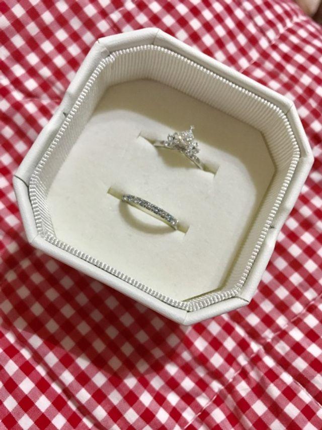 結婚指輪と重ねて着けても可愛いです。