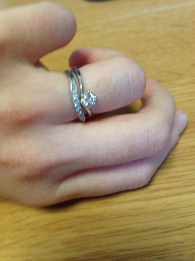 結婚指輪と一緒につけた状態です