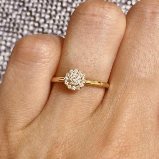 左手薬指にはめた指輪