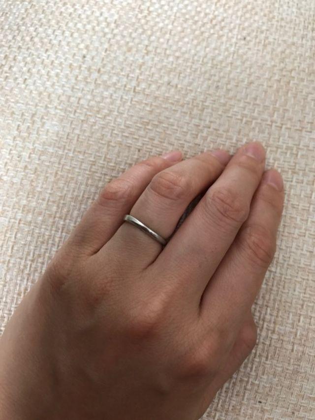 シンプルで重みがなく気にせず作業がしやすい結婚指輪。