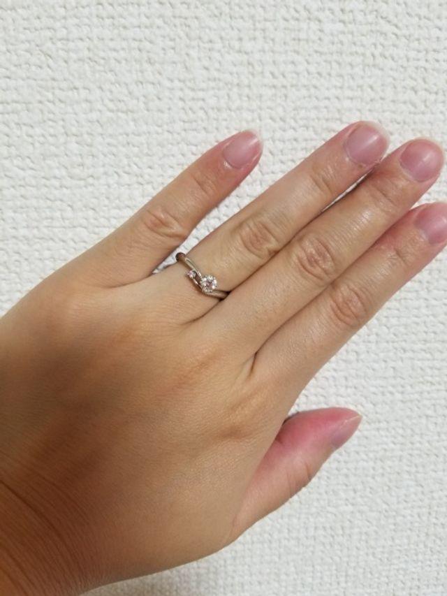 ダイヤモンドの横にピンクのメレダイヤが入っています。