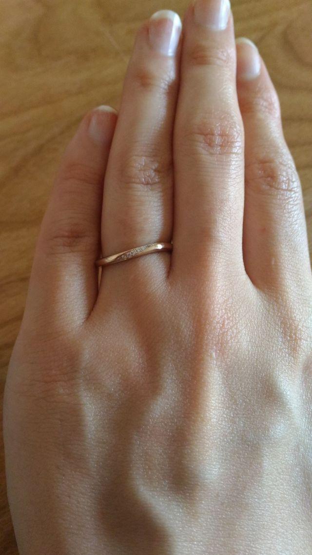 シンプルなデザインです。ねじれた形でダイヤが入っています。