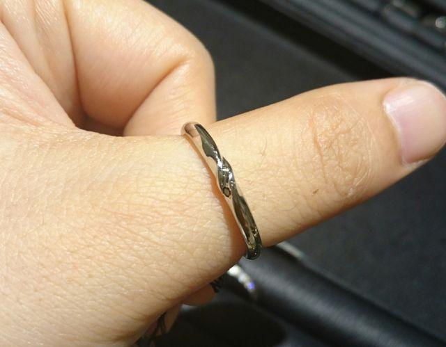 新郎結婚指輪店頭試着時の写真です。新婦の指にはめてます。