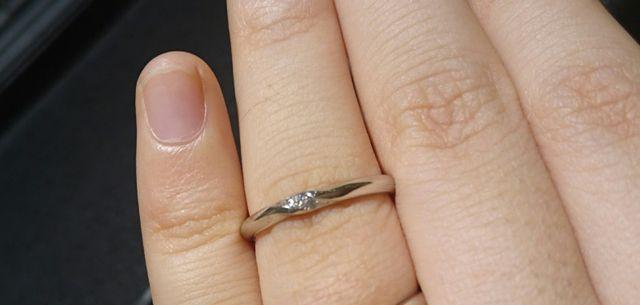 新婦結婚指輪の店頭試着時の写真です。