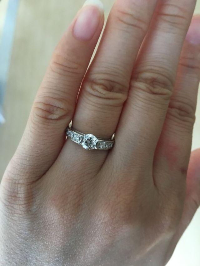 婚約指輪。0.62ct. 挟み留めタイプのメレ付きです。