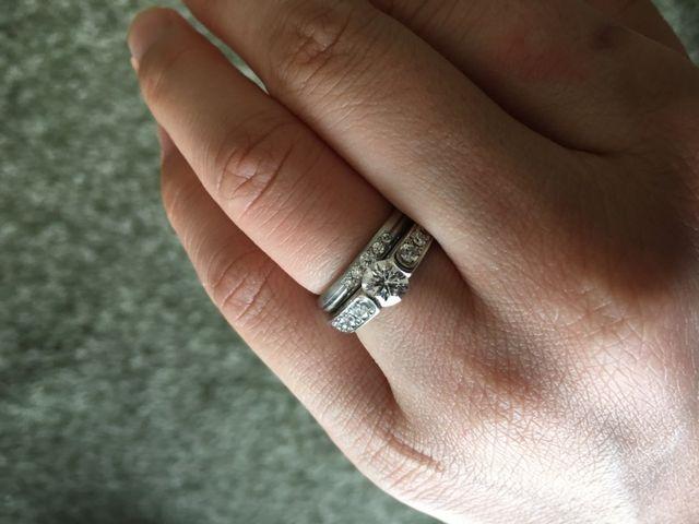 婚約指輪との重ね着けです。