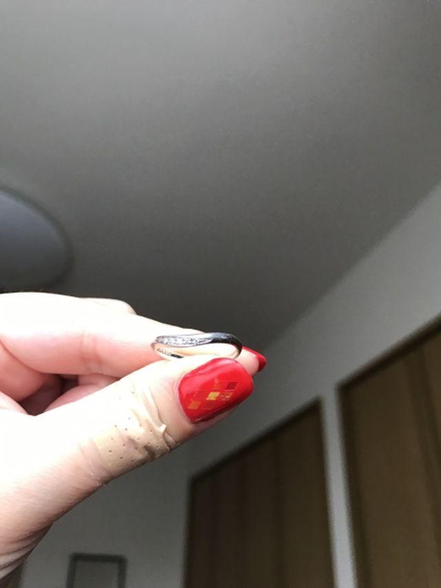 正面に5つのダイヤがついています。