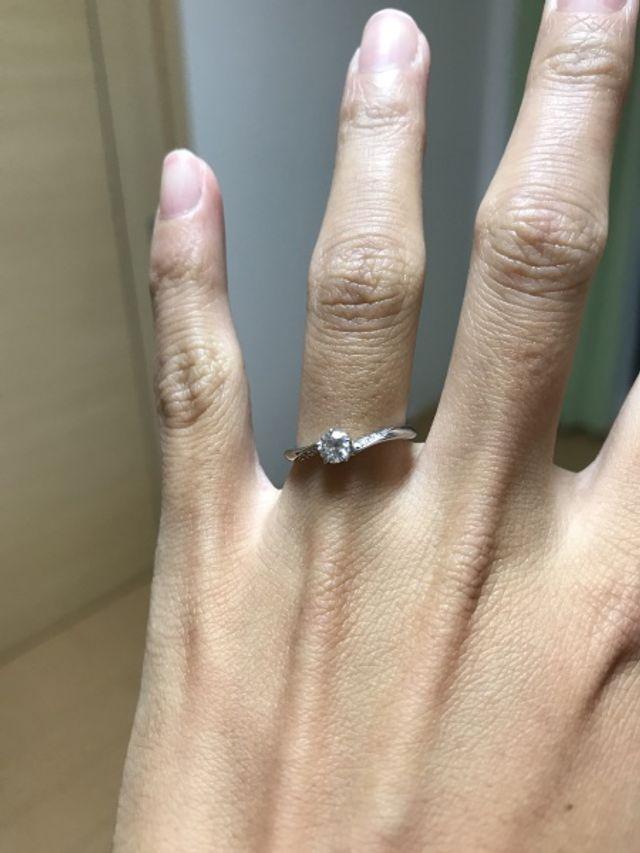 中央のダイヤの両サイドに小さなダイヤも入っています。