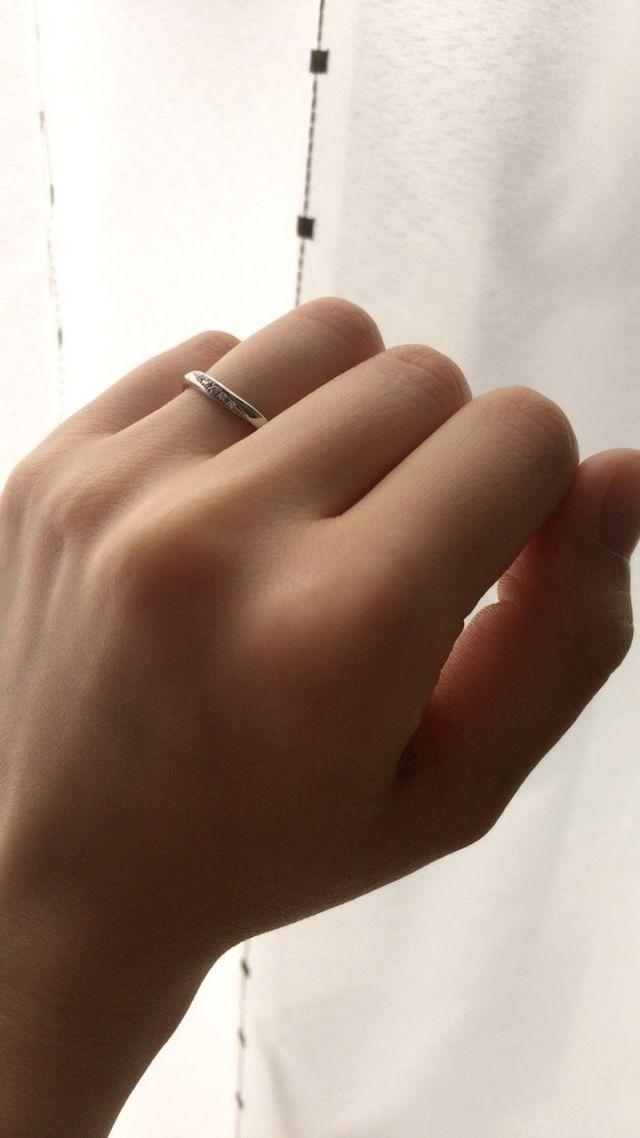 滑らかな曲線でダイヤの輝きが目を惹くデザイン
