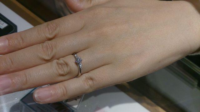 大きなダイヤの両横に小さなダイヤが囲むデザイン(メレ)です