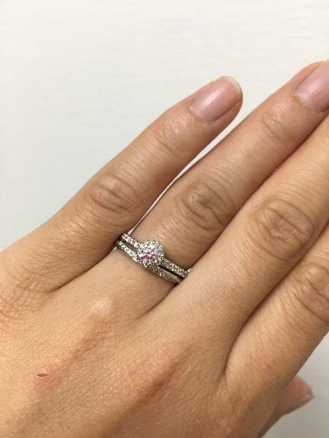 婚約指輪と重ね付けするとこんな感じです。