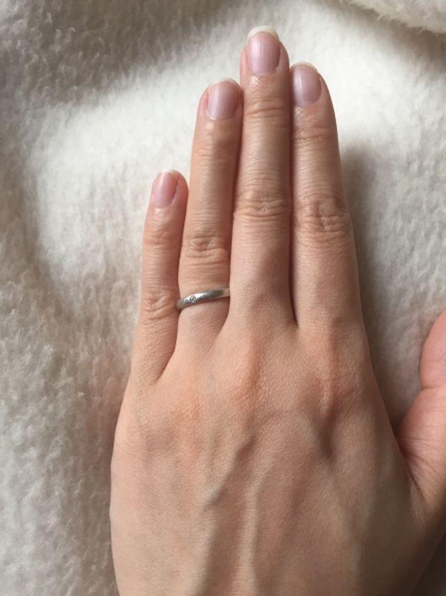 ダイヤモンドが1粒ついた、細身でシンプルな結婚指輪です。