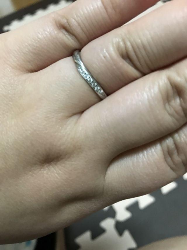 指が太いですが、指輪は素敵です(^_^)